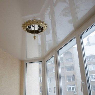Глянцевый натяжной потолок на балконе
