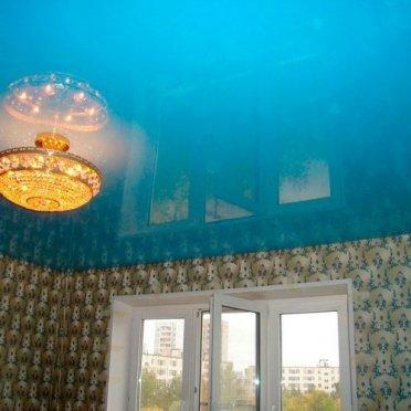 Глянцевый натяжной потолок голубой